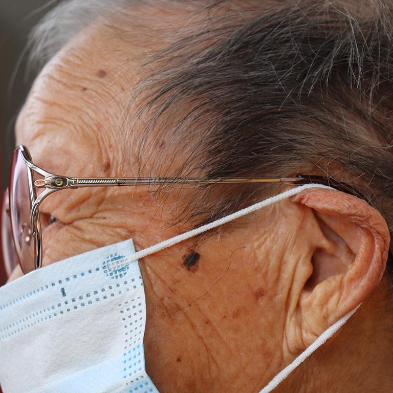 加齢により聴力が低下する「老人性難聴」とは